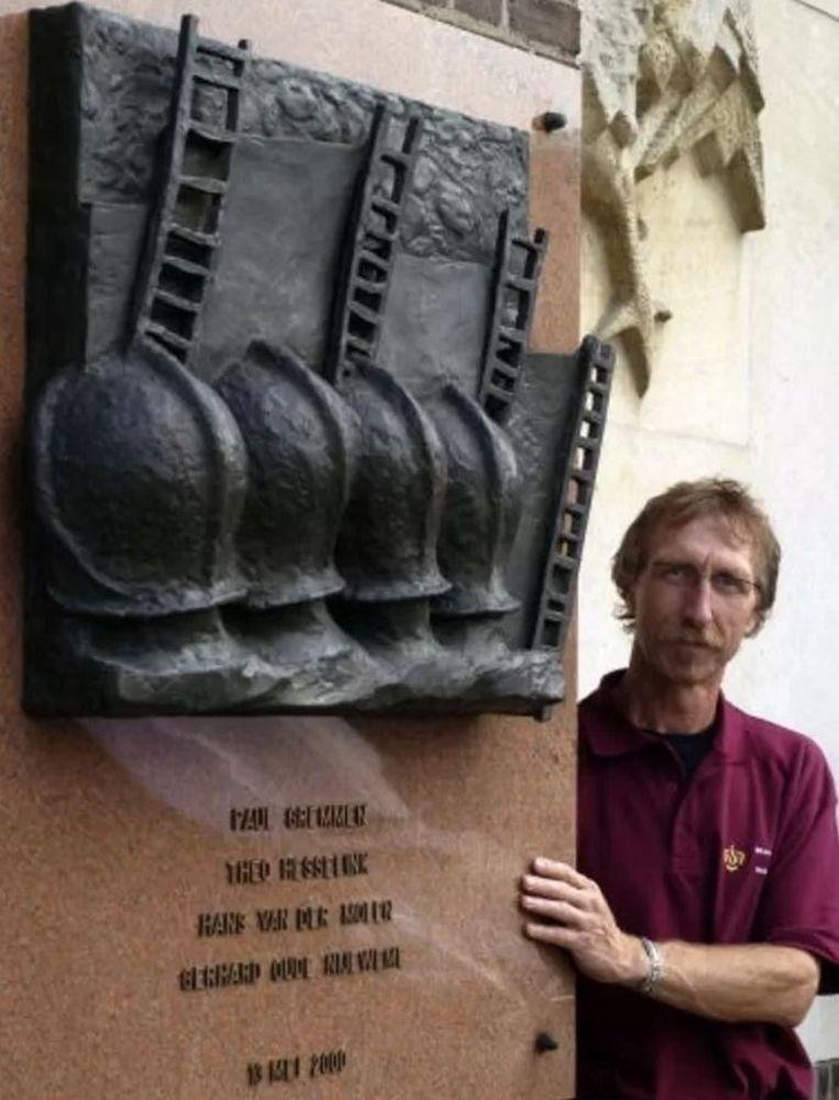 Brandweerman Bert Konhuurne bij het monument voor zijn omgekomen collega's. Beeld George Nusmeijer