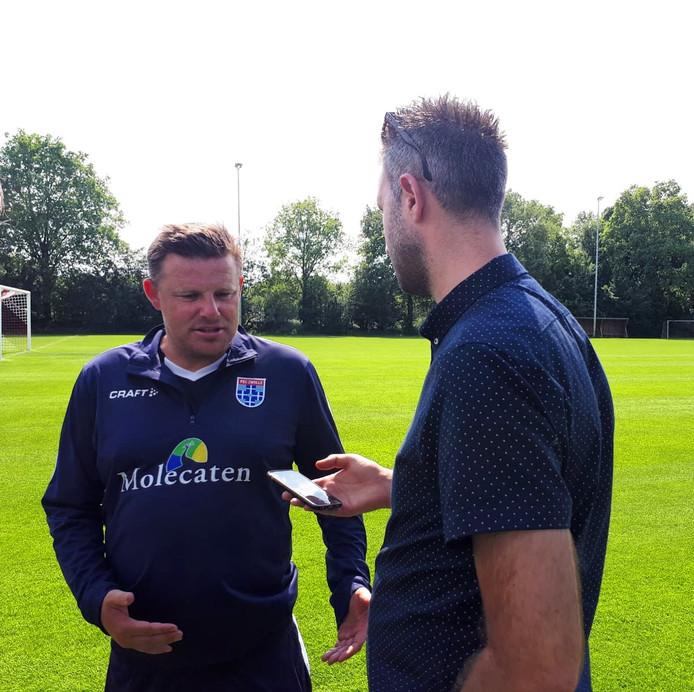 Clubwatcher Johan Inan in gesprek met PEC-trainer Stegeman