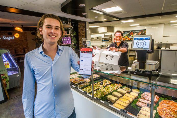 TT-2020-006014-Oldenzaal Student Julian Flapper met zijn Alles to Go app voor thuisbezorging voedsel en maaltijden op de foto bij viszaak Kotter met eigenaar Wouter Braamhaar editie:Oldenzaal Foto Reinier van Willigen RVW20201116