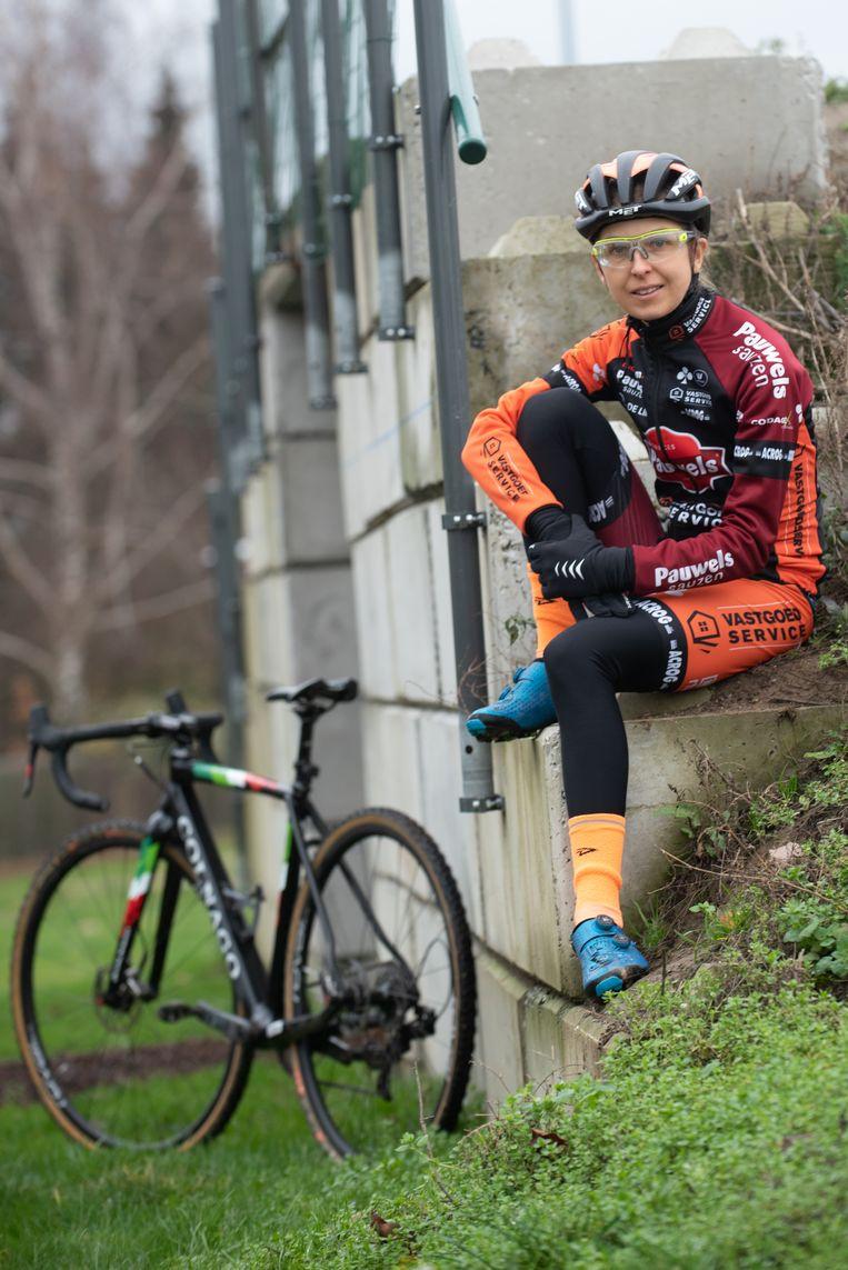 """Jolien op het naar haar genoemde mountainbikeparcours in Kruishoutem. """"Mijn fiets heeft de voorbije maanden nog niet veel stil gestaan"""""""