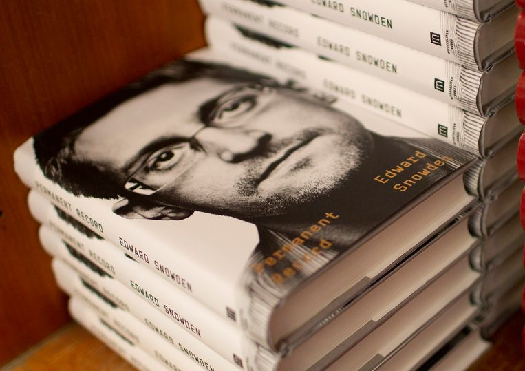 Stapels van het boek 'Permanent Record' van de klokkenluider Edward Snowden, dat onlangs verscheen.  Beeld EPA