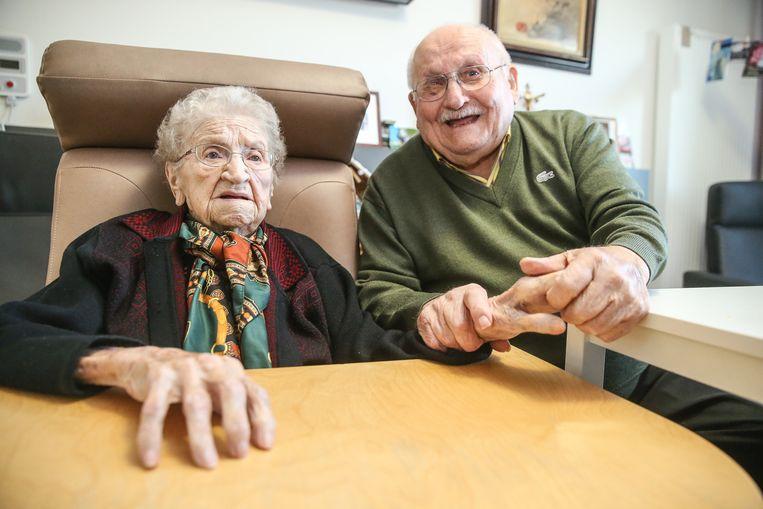 Tijdens het gesprek krijgt Alma amper iets gezegd. Het blijft hard zoeken naar haar taal sinds de laatste trombose. Noël laat haar hand nauwelijks los.