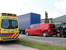 Twee gewonden bij aanrijding bestelbusjes met vrachtwagen in Emmeloord