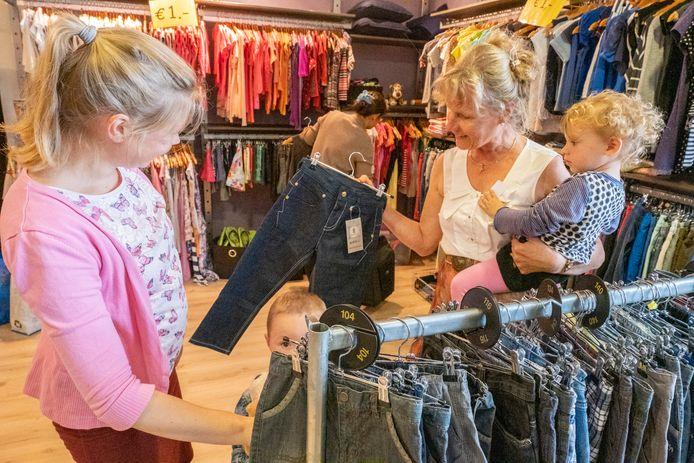 De Kledingbank Zeeland verstrekt goede, gratis kleding aan mensen die in armoede leven. Daarvoor is een ruimte ingericht als winkel. Door dat concept zou de Kledingbank niet op industrieterrein Arnestein terecht kunnen, omdat het bestemmingsplan detailhandel op Arnestein verbiedt.