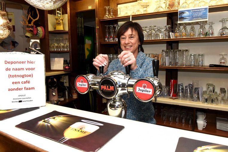 Kathleen (l.), hier nog achter de tapkranen van haar huidige zaak in Herne, zoekt een naam voor haar nieuwe café in Tollembeek (r.).