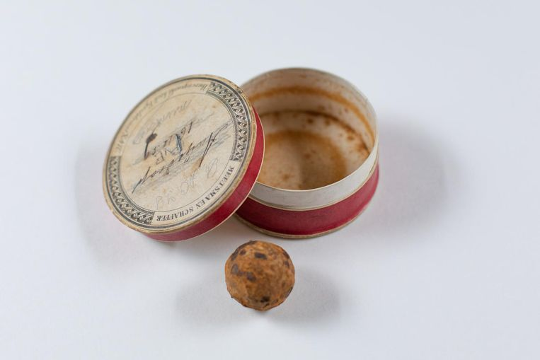 Een anijsdropdoosje met daarin een kogel zat in het archief van de doopsgezinde Amsterdamse bankier, kunstenaar en kunstverzamelaar Christiaan Pieter van Eeghen (1816-1889), oprichter van het Vondelpark en oud-president van De Nederlandsche Bank. De kogel is volgens het archief vermoedelijk gebruikt bij de Slag bij Waterloo in 1815. Van Eeghen kocht het doosje met kogel tijdens zijn huwelijksreis in 1842 voor zijn kunstverzameling Beeld Bas Uterwijk