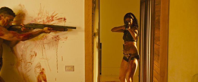 In Revenge is het motief van het slachtoffer (een rol van Matilda Lutz) om het wapen op te pakken niet wraak maar zelfverdediging. Beeld Screenshot