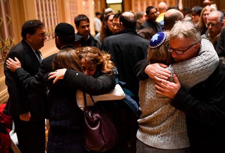 Mensen omhelzen elkaar op een wake bij de Tree of Life synagoge die onder vuur genomen werd door Robert Bowers.
