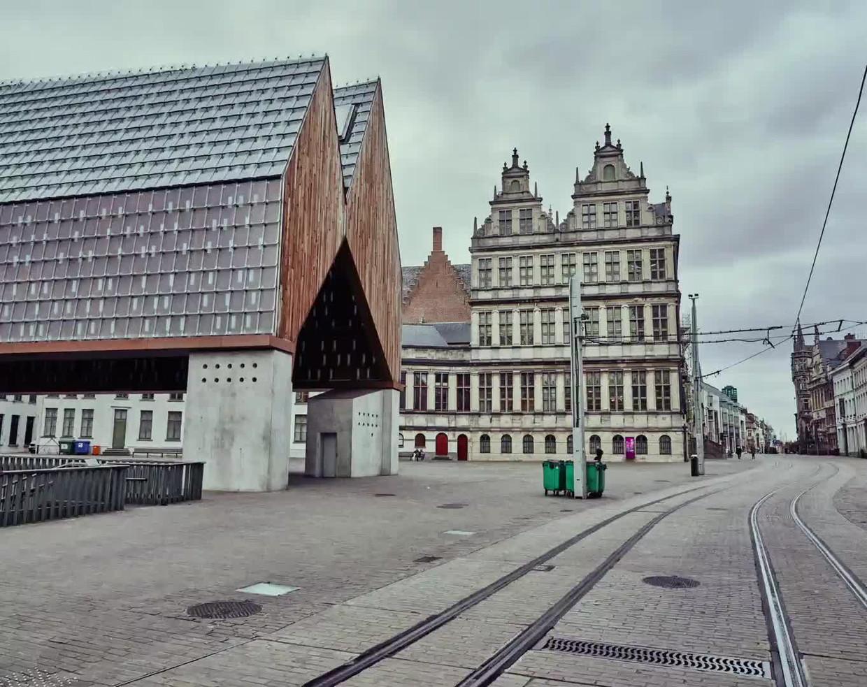 De Botermarkt in Gent. Normaal een en al leven en drukte, gisteren totaal verlaten.