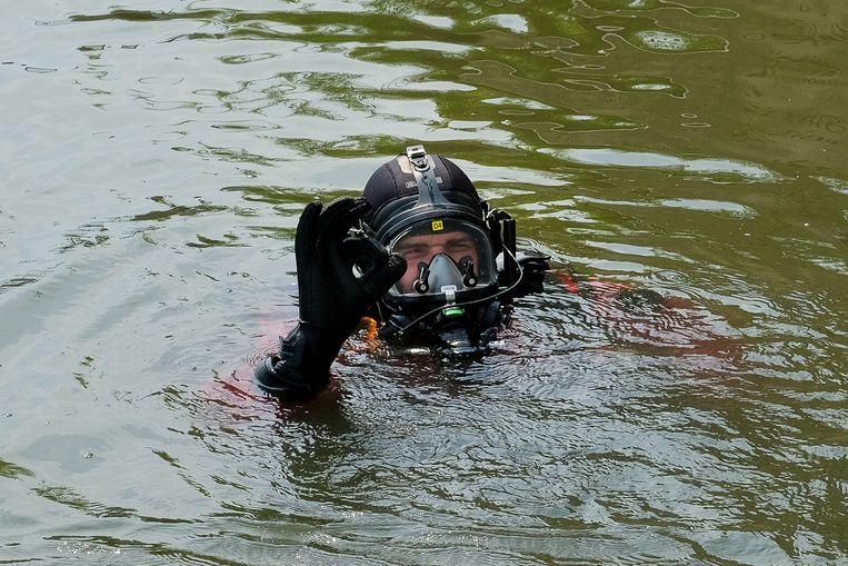 Oefening door de duikers van de brandweer: Duiker toont dat alles ok is