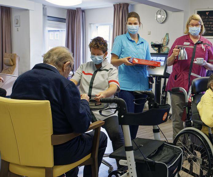 Verzorgsters met mondmaskers aan het werk in de Vlaswiek in Liempde.
