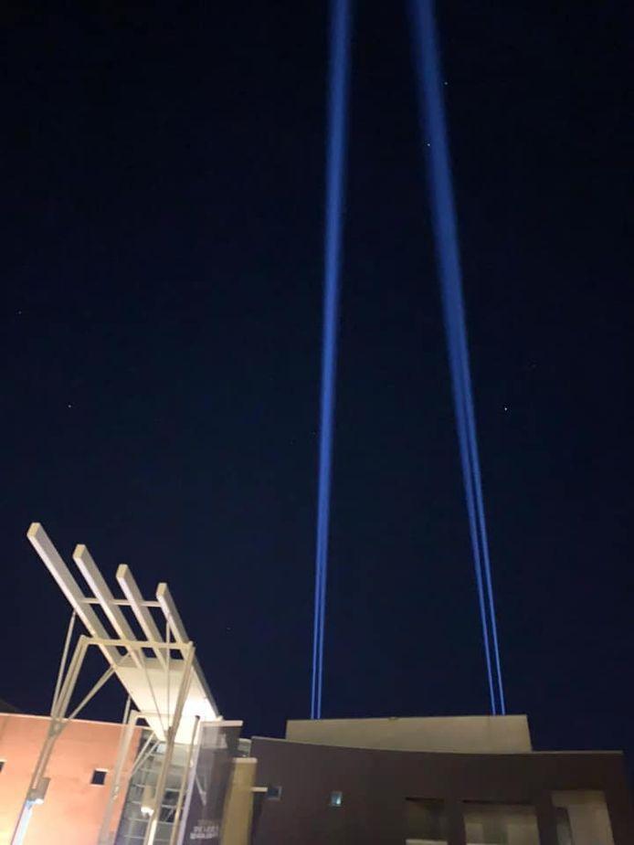 Theater De Leest deed gisteravond mee aan de lichtactie Light the Sky om 'alle helden van Nederland' een steuntje in de rug te geven.