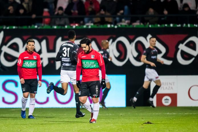 Teleurgestelde NEC-spelers na de wedstrijd tegen MVV.