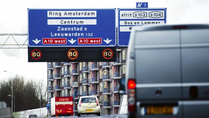 Minister Melanie Schultz (Verkeer) moet opnieuw kijken naar de maximumsnelheid op de A10-west. De rechtbank in Amsterdam vernietigde vrijdag haar besluit uit 2012 dat de snelheid verhoogde van 80 naar 100 kilometer per uur.