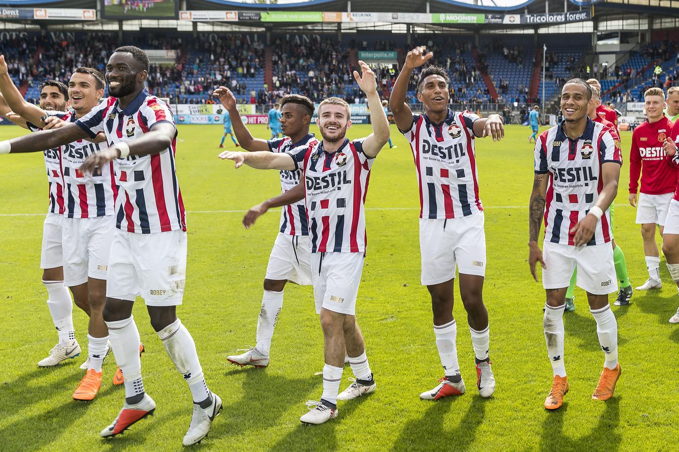 Willem II viert de 5-0 overwinning op Heracles.