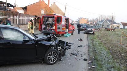 Bestuurster rijdt in Hollestraat tegen geparkeerde auto