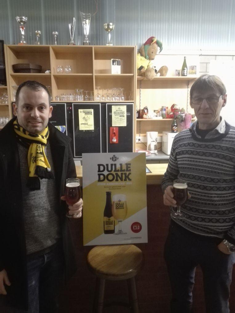 Danny Vannevel en Alexander De Landmeter proeven de Dulle Donk.