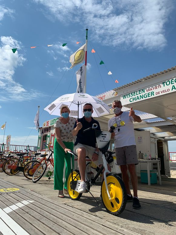 De gekke fiets op de Lustige Velodroom in Blankenberge, getest en goedgekeurd door burgemeester Daphné Dumery en schepen Benny Herpoel.
