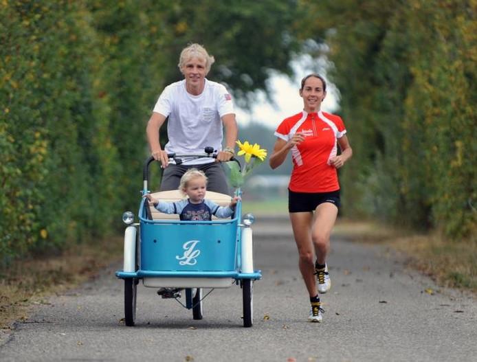 Anjolie Engels-Wisse deed haar duurtrainingen samen met haar man Anton en hun zoontje Ivar. foto Ruben Oreel