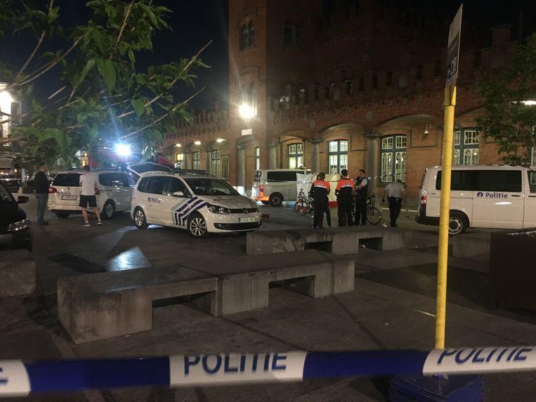 De politie schoot een gewapende man neer aan het station in Aalst.