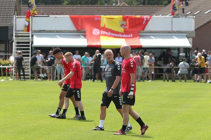 De nieuwe hoofdtrainer van Go Ahead Eagles, Jack de Gier, in gesprek met een andere nieuweling bij de Deventer club, middenvelder Elmo Lieftink (rechts). Op de achtergrond Club Kippenhok, een door supporters ingerichte vipruimte voor genodigden tijdens de eerste training in Terwolde.