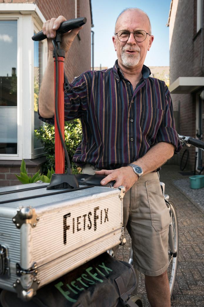 Nederland,  Den Bosch, Gerard komt naar je toe om fietsen te repareren.