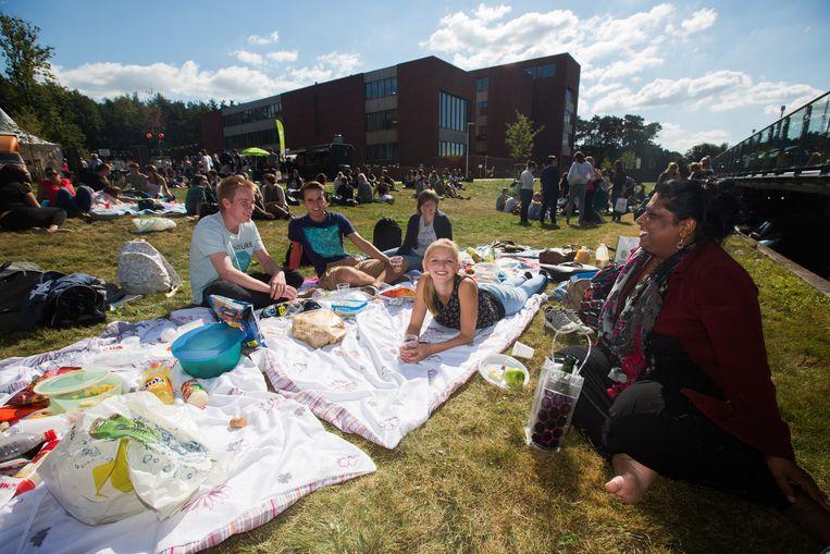 Boven en onder: Aan de Limburgse Zorgacademie in Genk werd het academiejaar ingezet met een picknick.