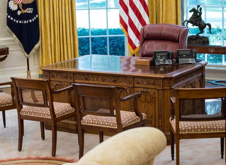 Het bureau van de president in het Oval Office in het Witte Huis. Beeld AP