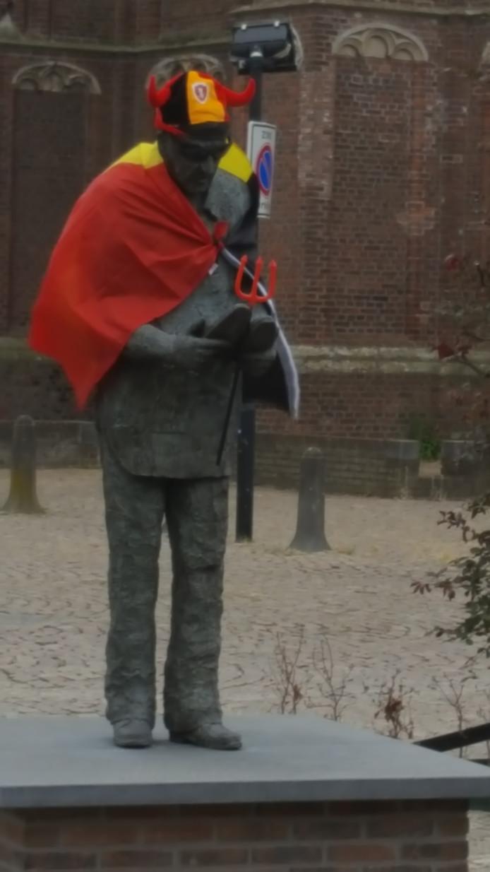 Het standbeeld in Moergestel, uitgedost als Rode Duivel.