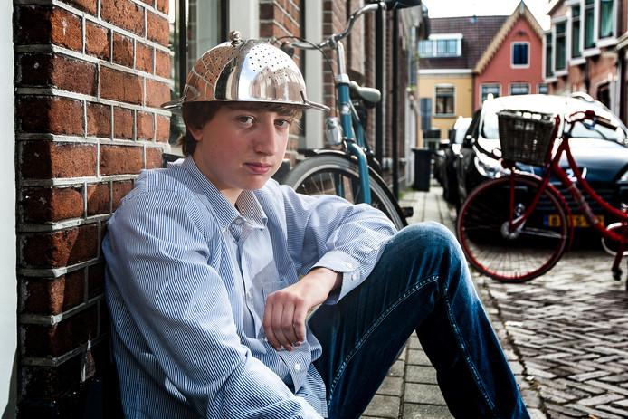 Ruben Komen met het vergiet waarmee hij op zijn schoolpas staat. Foto: Ronald Hissink
