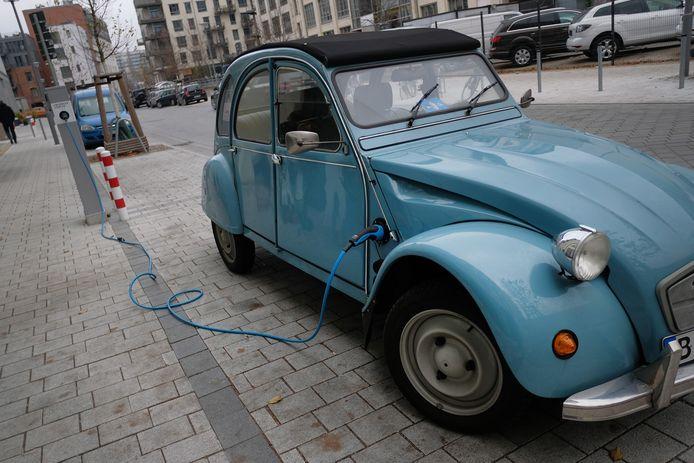 Vorig jaar gespot in Berlijn: een oude eend omgebouwd met een elektromotor onder de kap