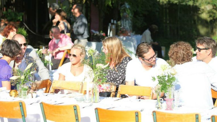 Chefs van gerenommeerde restaurants serveren gerechten die bezoekers aan lange gedekte tafels kunnen eten. Beeld Japies Hof
