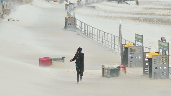 Een dappere Aussie waagt zich in de stormwind voor een loopje op de dijk van Bondi Beach.