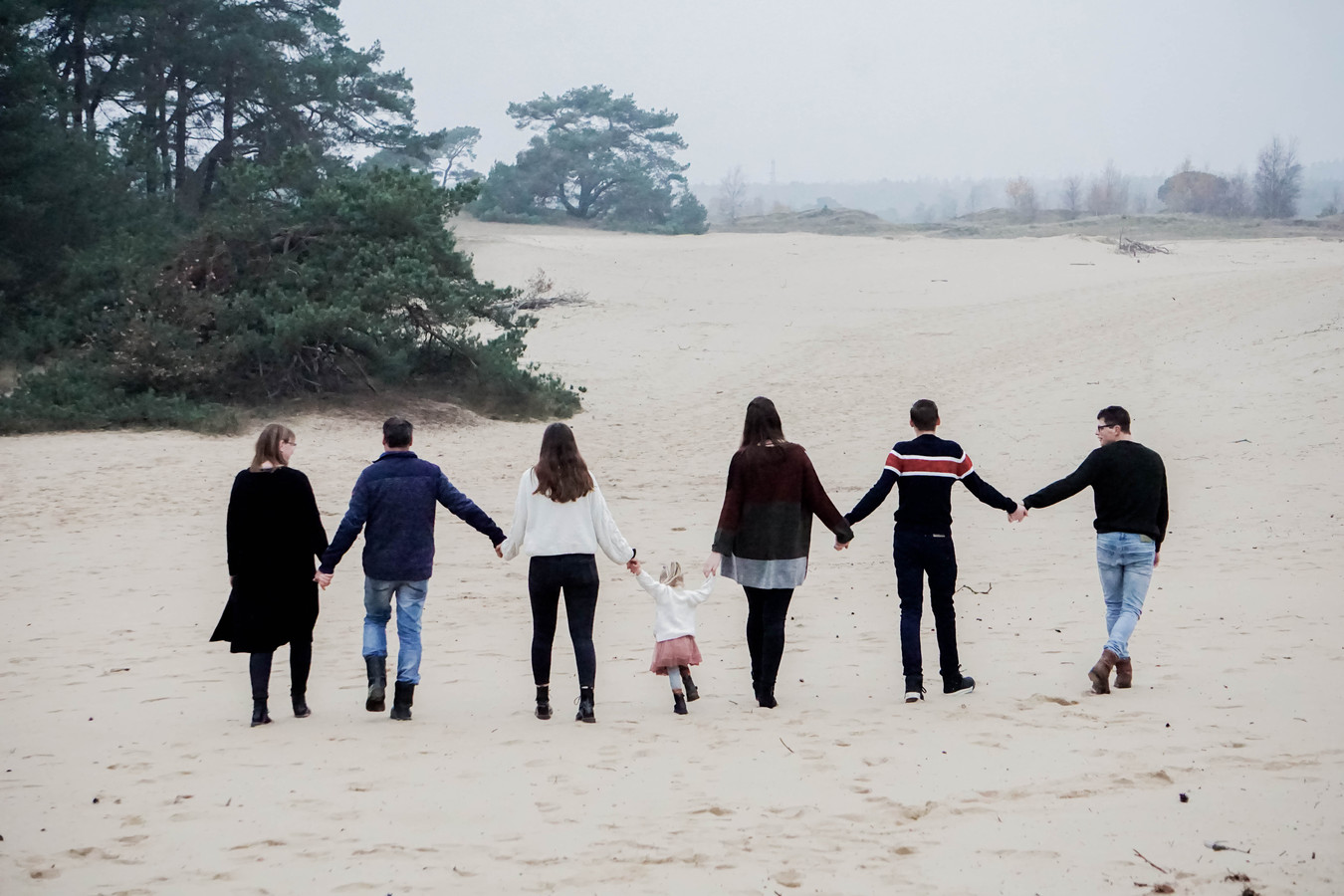 De familie Harlaar met twee pleegkinderen op het Otterlose Zand.