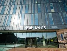 Oversteken bij station Delft is 'levensgevaarlijk': 'Er moet wat gebeuren, anders gaan er doden vallen'