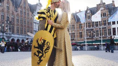 VIDEO. Romantischer wordt een aanzoek niet: Wouter vraagt zijn Laura ten huwelijk in hartje Brugge met middeleeuws toneelstuk