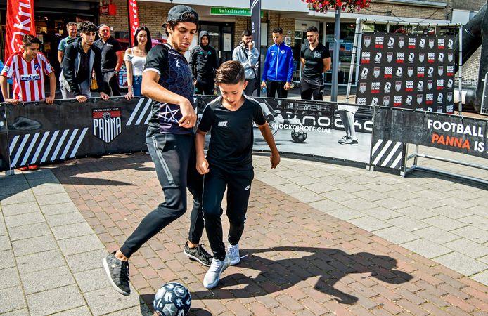 Straatvoetbal op het Ambachtsplein in Rotterdam. Deze vakantie zijn er geen Zomer Zaterdagen meer in Zevenkamp, de organisatie heeft het wijkevenement geschrapt.