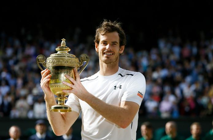 Andy Murray straalt van trots met de Wimbledon-beker in zijn handen.
