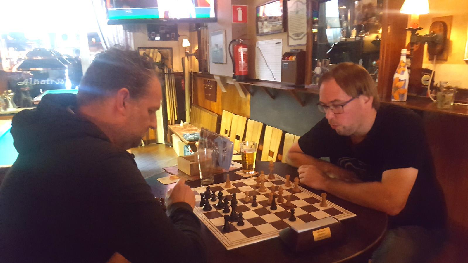 Jeroen Hekhuis (links) en Bram van den Berg in actie in De Albatros in de strijd om eremetaal.