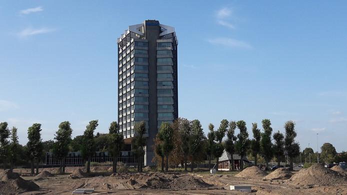 Philips Nederland aan de Boschdijk in Eindhoven met op de voorgrond de bouwgrond voor plan Vredeoord van woningcorporatie Sint Trudo. De Buurtschuur voor de toekomstige bewoners staat aan het groene laantje dat behouden blijft.