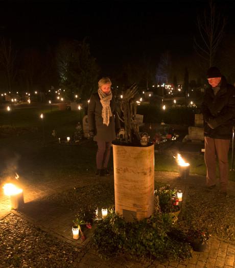 Honderden kaarsen en fakkels voor de doden op begraafplaats Groenlo