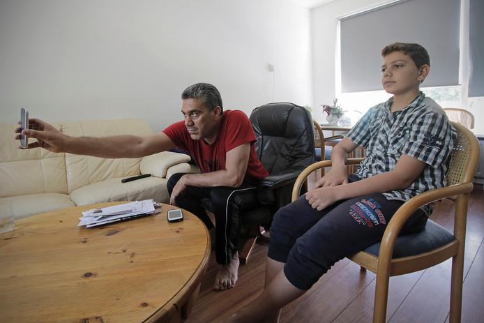 Op de foto de twee vluchtelingen die in Ravenstein zijn beland.