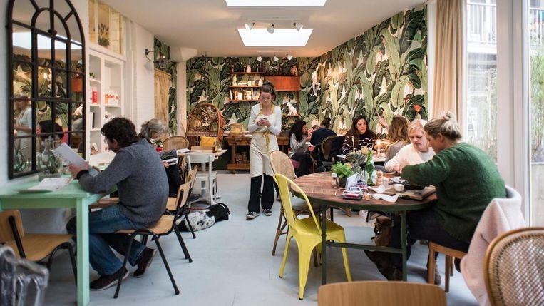Lavinia Good Food: bananenbladeren op het behang, banenenpannekoeken op de kaart. Beeld Marijke Stroucken