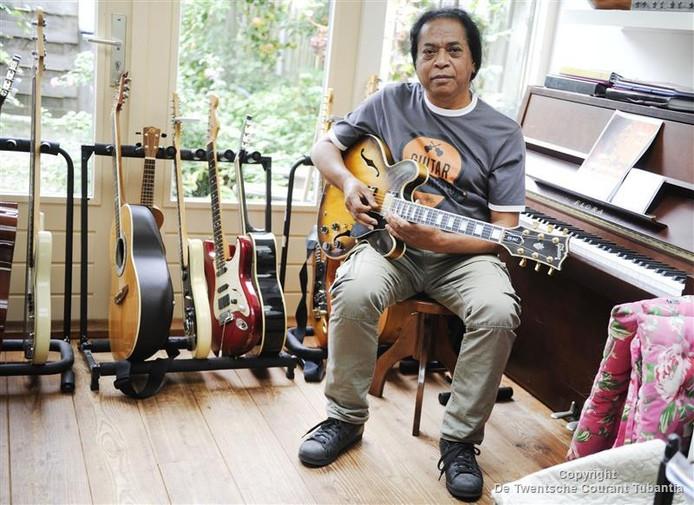 Ferry Limaheluw tussen zijn gitaren. De muzikant leerde talloze jongeren de liefde voor muziek bij. Nu komt hij zelf met een bijzonder album.