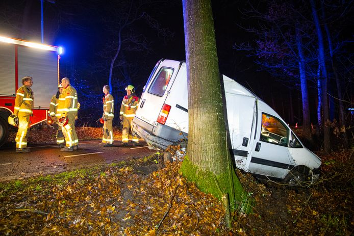 en busje is vrijdagochtend vroeg rond zes uur tegen een boom gebotst op de Laanzichtsweg bij Oldebroek, vlakbij de kruising met de Bovenheigraaf.
