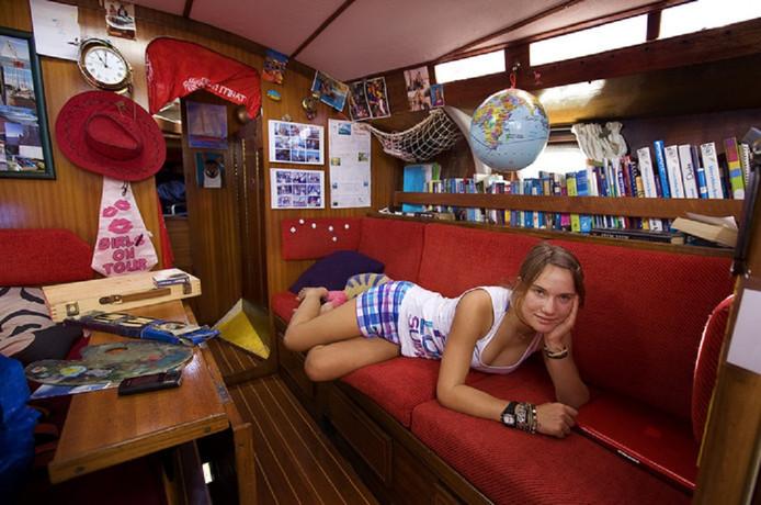 'Zeilmeisje' Laura Dekker in de Guppy waarmee ze overstak naar Engeland.