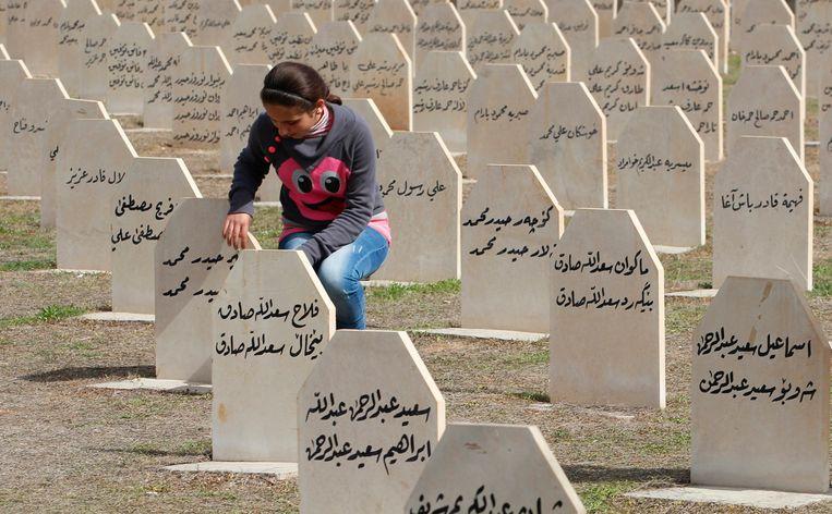 Een Iraakse Koerd bezoekt de begraafplaats voor slachtoffers van de aanval op Halabja in 1988. Beeld reuters