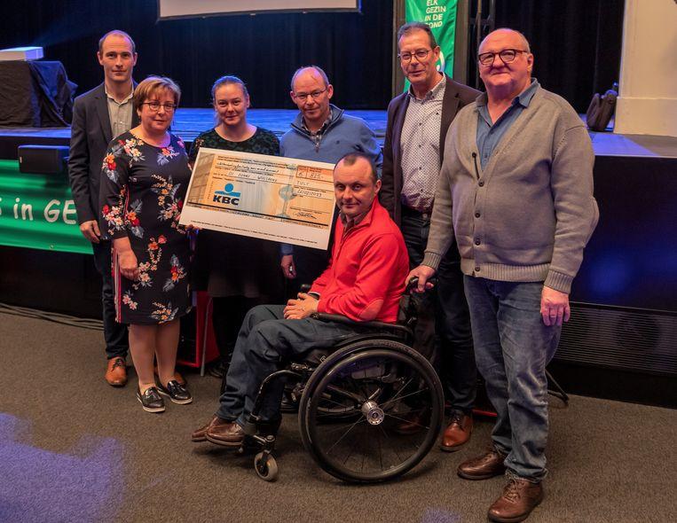 De Gezinsbond van Tielt overhandigde een cheque aan vertegenwoordigers van De Zonne uit Wielsbeke