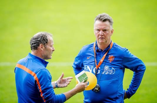 Danny Blind en Louis van Gaal tijdens het WK in Brazilië.