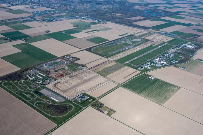 De eerste fase van de uitbreiding van Lelystad Airport is begonnen. De contouren van de nieuwe landingsbaan en taxibanen zijn al zichtbaar.